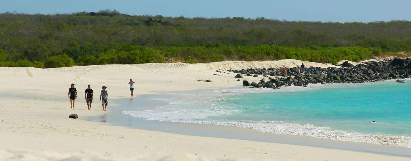 galapagos isabela strand mit leuten