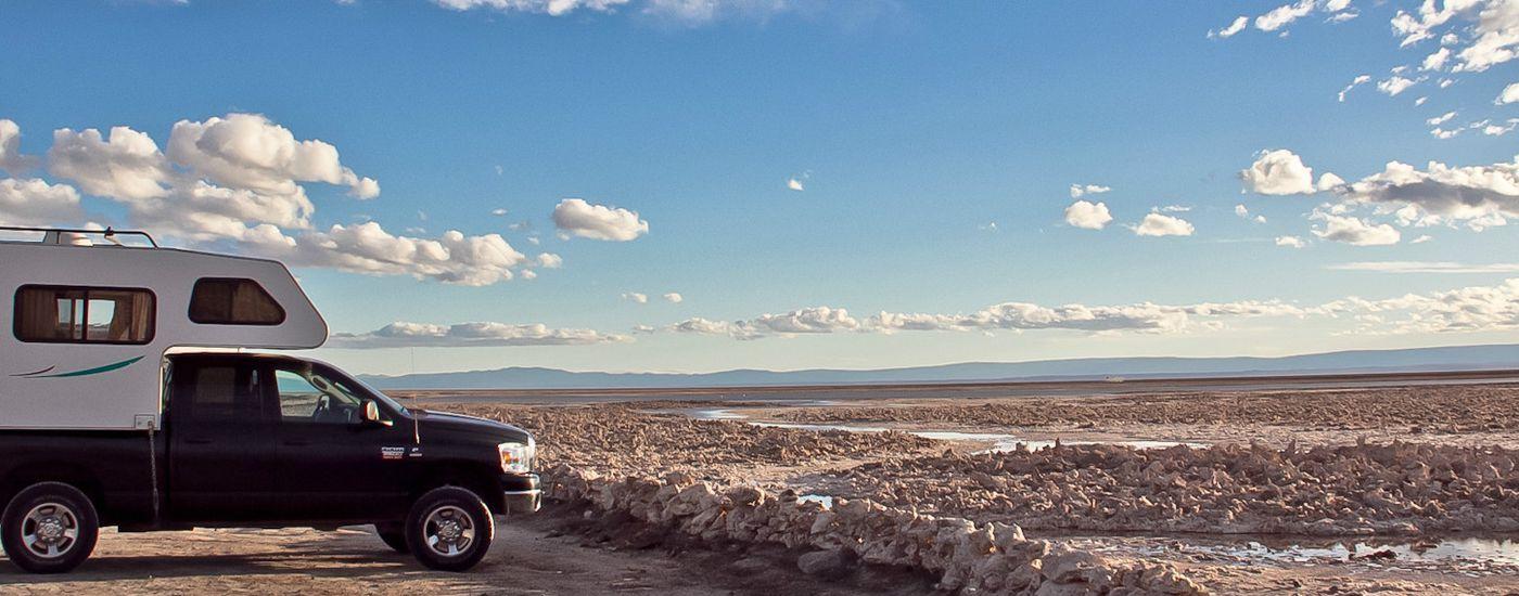 Chile Atacama Wüste Atacama Camper vor Salzwüste