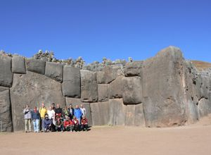 Gruppe vor Saqusayhuaman in Cusco, Peru