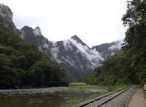 Peru Salkantay Trail Weg entlang Schienen