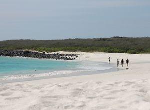 Galapagos Isabela Strand mit Spaziergaengern