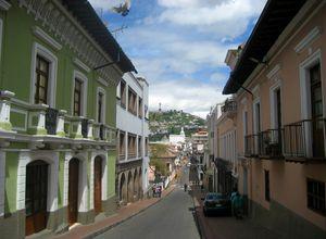 Strasse in Quito mit Blick auf El Panecillo Hügel