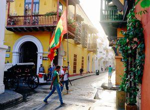 Fahnenträger in der Altstadt von Cartagena