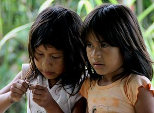 Ecuador Cuyabeno Dschungel-Kanuwanderung Siona Kinder