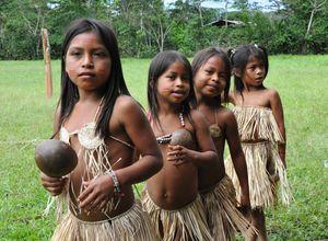 Mädchen einer indigenen Gemeinde im Amazonasdschungel, Ecuador