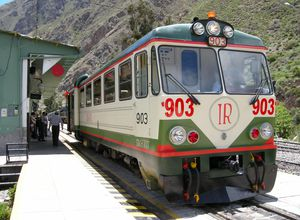 Zug der Inca Rail in der Station in Ollantaytambo, Peru