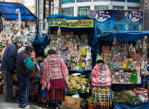 Bolivianer auf dem hexenmarkt in La Paz