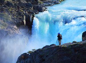 Mann der den Salto Grande im Torres del Paine fotografiert.