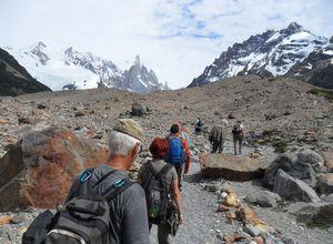 Gruppe wandert am Cerro Torre