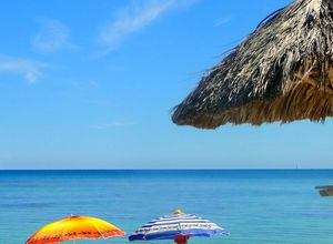 Kuba Playa Jibacoa Sonnenschirme