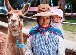 Bolivien Mensch und Lama iStock 182863457