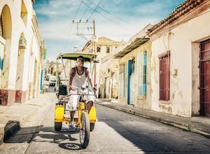 Kuba Santiago de Cuba Mann Bici Taxi iStock 649013036