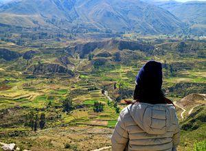 Peru Colca Canyon Frau Aussicht iStock 1020567854