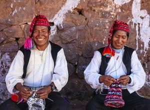 Peru Tititcaca Taquile strickende Männer iStock 502345927