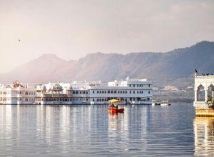 Indien Udaipur See Palast im Wasser Boot fahren