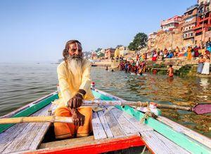 Indien Varanasi Ganges Guru Mann bunt Fluss Boot