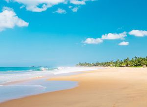SriLanka Hikkaduwa wunderschoener Sandstrand Urlaubsfeeling tuerkisblau Meer