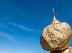 Myanmar Kyaiktiyo goldener Felsen Buddha Haar Heiligtum Sehenswuerdigkeit