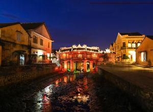 Vietnam Hoian Japanische Bruecke Abend Restaurant Kanal