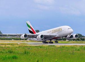 Emirates Flugzeug Abflug Urlaub Reise Buchung