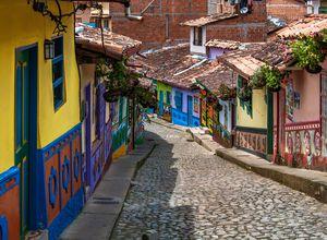 Kolumbien Guatape Dorf bunte Haeuser Kopfsteinpflaster iStock 1031646252