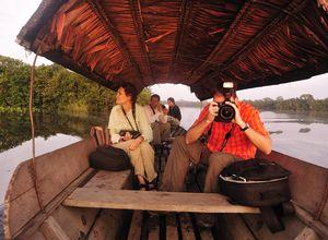 Kolumbien Amazonas Touristen im Kanu mit Kameras