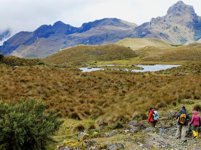 ecuador cajas nationalpark menschen vor lagune