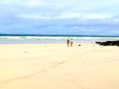 galapagos tortuga bay strand mit spaziergaengern