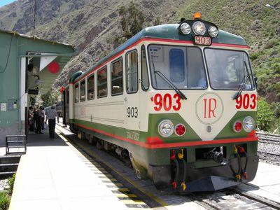 Zug der Inca Rail in der Station in Ollantaytambo, Peru