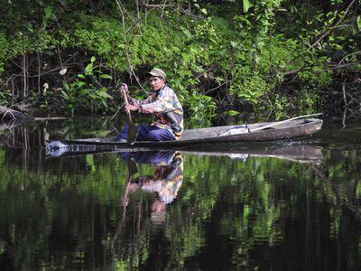 Kolumbien Amazonas Mann im Kanu