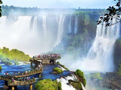 Argentinien Iguazu Wasserfälle Steg iStock 496540104