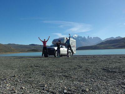 Chile Reisende vor Camper Camperreise