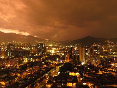 Kolumbien Medellin Aussicht bei Nacht