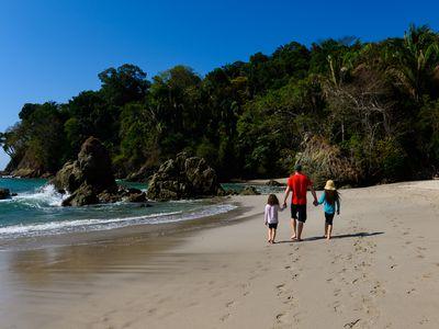 Costa Rica Strand Familie iStock 1140394549