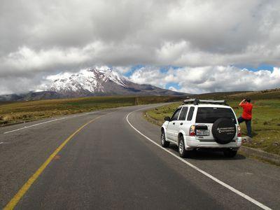 Ecuador Auto Mietwagen Strasse Vulkan Mann fotografiert