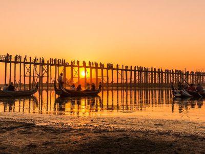 Myanmar Mandalay U Bein Bruecke Sonnenuntergang