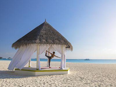 malediven yoga am strand